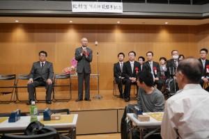 中央が北村先生。左が大会発起人の岡和俊先生、右には連盟の東常務理事七段ほか棋士多数。