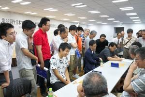 代表決定戦その1、長谷川大地-赤畠卓戦の終局後。写真左端は観戦に訪れた菅井六段。